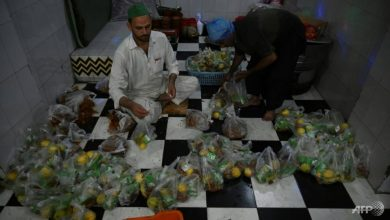 Photo of Pakistanis flock to markets and mosques as Ramadan starts