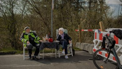Photo of A Closed Border Can't Stop This Elderly Couple: 'Love Is the Best Thing in the World'