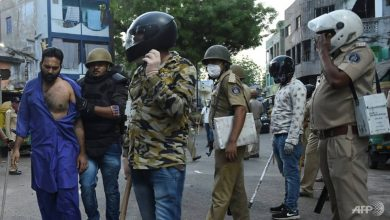 Photo of Migrant workers throw stones at police in India in protest against lockdown