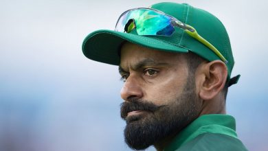 Photo of Mohammad Hafeez commits apparent biosecurity protocol breach