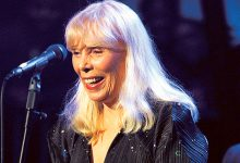 Photo of Joni Mitchell still 'struggling' to walk following 2015 brain aneurysm
